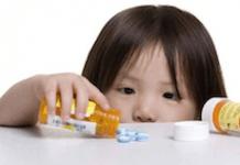 criança tomar remédio