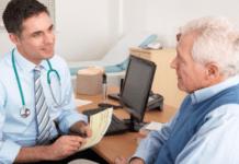 Médico avalia exames laboratoriais